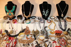 200 high-quality pieces of jewellery in perfect condition - brooches, bracelets, silver-plated watch-winders, pendants