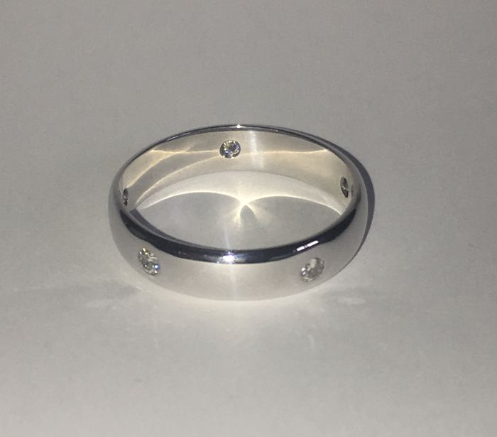 18 kt white gold ring with diamonds. Size: 24