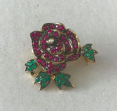 Pendant / brooch rose with leaves made out of 585/14 KT gold with natural rubies, natural emeralds, diamond approx. 0.02 ct approx. around 1960