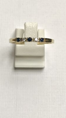 14 kt yellow gold band ring with brilliant cut diamond and blue sapphire Ring size 18 (57)
