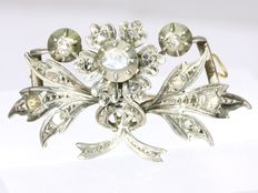 Victorian red gold bouquet brooch with diamonds set in silver top, anno 1870