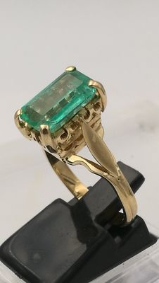 Exclusive ring in 18 kt gold with large Colombian emerald of 2.98 ct, with garden. IGE certificate