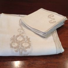 Magnificent linen tablecloth entirely hand embroidered - 12 napkins - Early 1900s