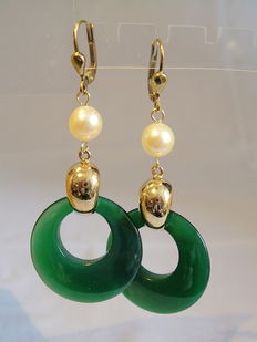 Gold earrings with authentic Akoya pearls and green agate circles
