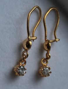 21.6 kt gold earrings, inlaid with 0.10 ct diamond, Length: 2.5 cm