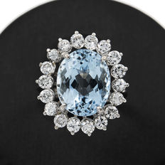 18 kt white gold - Ring with 18 brilliant cut diamonds totalling 1.50 ct and one 4 ct aquamarine - Ring size: 8 (Spain)