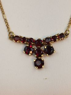 Necklace in 750 gold and garnets, 43 cm long.