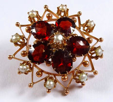 Old brooch, flower basket garnet brooch made of 333 / 8 kt gold with red garnets and pearls, around 1900