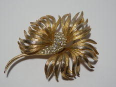 Coro Craft – Large gold-coloured brooch with crystals