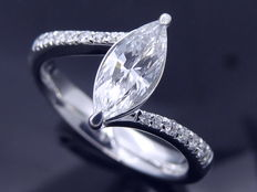 Diamond ring, marquise cut diamond with IGI certificate & 16 diamonds, 0.74 ct in total – ***no minimum price***