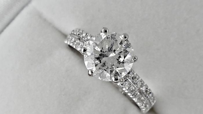 2.15 ct  round diamond ring in 14 kt white gold - size 7
