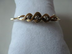 Yellow gold bracelet in 14 kt, with 3 small brilliant cut diamonds of 0.09 ct, 51 x 60 mm