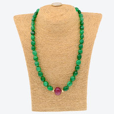 Yellow 18 kt/750 gold - Emerald and ruby necklace. - Length, 49 cm.