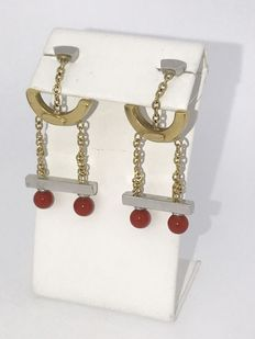 Earrings of 18 kt gold with red coral, 5.5 cm x 1.8 mm