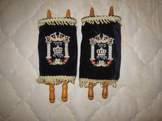 Judaica; Lot with 2 small printed Torah Scrolls - Second half 20th century