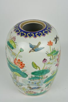 Colourfully decorated potiche in porcelain - China - ca. 1970