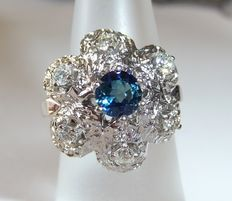 Entourage ring in 585 / 14 kt white gold with 0.43 ct. diamonds + sapphire of 0.59 ct, carat weights hallmarked