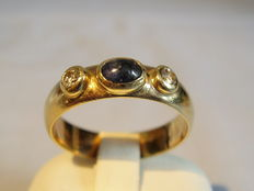 Gold ring with blue sapphire (0.60 ct) and diamonds (0.20 ct)