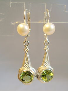 Earrings with authentic apple green peridotes of 2.2 ct in total.