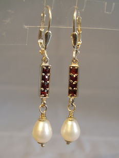 Earrings with garnet bars consisting of antique garnet roses and genuine pearls.