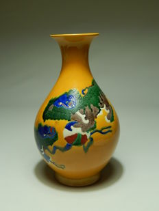 Beautiful porcelain vase, two Qilin on a yellow background - China - Guangxu period (1875-1908)
