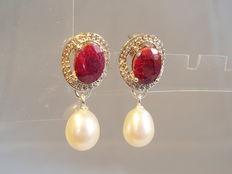 Earrings with oval rubies of 2.4 ct and a white topaz entourage of 0.15 ct + genuine pearls