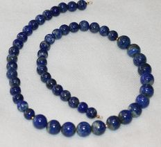 Lapis lazuli necklace of 47 cm long, with an 18 kt gold clasp.