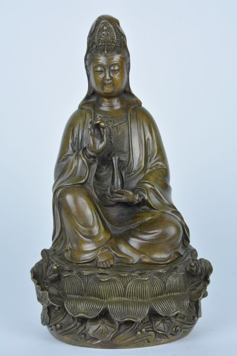 Very detailed Guanyin in bronze - China - Late 20th century