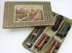 Marklin 880 / 19 / 3 set in the box ca. 1935 Clockwork locomotive with 3 cars and rails Gauge 0