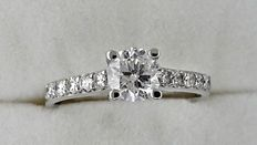 0.89 ct  round diamond ring in 18 kt white gold - size 6.5