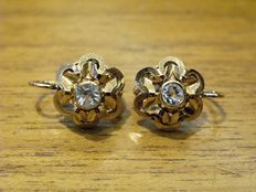 Refined vintage earrings, from the 1940s, 18 kt yellow gold and 2 brilliant cut white gemstones, 0.51 ct