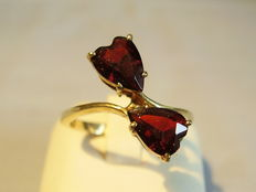 Golden garnet ring with 2 garnets in a heart shape of in total 2.5 ct.