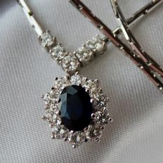 Exclusive high quality white gold necklace with a dack blue Sapphire of approx. 1.15 ct and. brilliant cut diamonds of G/VVSI, approx. 1.0Ct ct., total 2.15Ct. Excellent state.