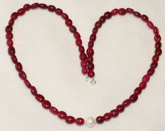 Ruby and baroque pearl necklace of 46 cm long, with an 18 kt white gold clasp.