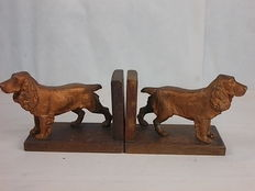 A pair of heavy English book ends in walnut wood, with two golden coloured cast antimony statues of cocker spaniel dogs - London, UK, early 20th century