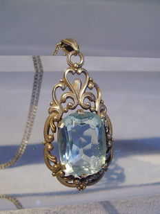Pendant with tested topaz (15 ct) on a silver necklace.