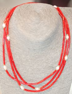 Red coral and baroque pearl necklace of 127 cm, with 18 kt gold clasp.