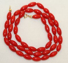 Precious coral necklace of 47 cm with an 18 kt gold clasp.