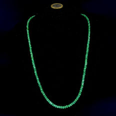18 kt .750 yellow gold – transparent emerald necklace – length: 54 cm