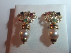 750 gold pair of earrings - Weight 4.34 g - 2  Rubies, 2.25 mm- 2 emeralds, 2.25 mm.- 2 sapphires, 2.25 mm.- 2 River Pearls, 7 mm.