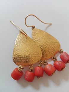 Earrings in 18 kt gold and coral - 4 cm x 3 cm
