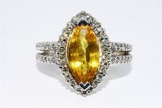 White gold ring with natural yellow sapphire and diamonds totalling 2.96 ct - no reserve