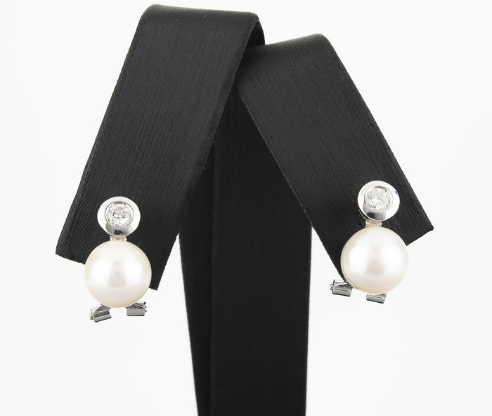 18 kt white gold earrings with brilliant cut diamonds totalling 0.40 ct, and Akoya pearls – Maximum earring height: 14.20 mm (approx.)