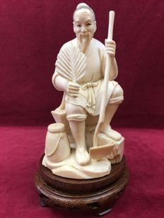 Ivory okimono of a gardener - Japan - around 1900 (Meiji period).
