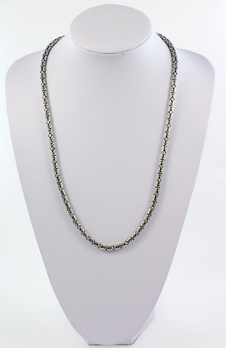 Long chain with byzantine links in 925/1000 sterling silver.