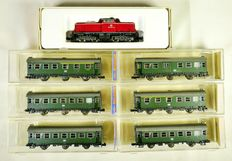 """Arnold/Roco N - 0201/2250/-1/-2 - Dieselloco V211 with local passenger train from the DB with 6 3 axles """"Umbauwagen"""""""