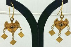 Rajasthani leaf-shaped earrings in 18 kt gold