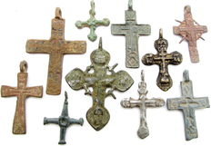 Very Fine Selection of 10 Medieval period Cross pendants - 26gr (10)