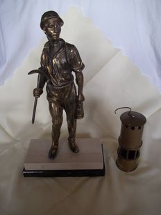 Very old and beautiful brass miner on double layer marble foot + small miners' lamp - Weight 3.1 kilos - Height 36 cm - Very good condition.