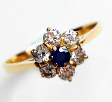 French 18 kt yellow gold ring set with sapphire and 6 diamonds, approx. 0.48 ct – Ring size: 16.8 mm – No reserve price: